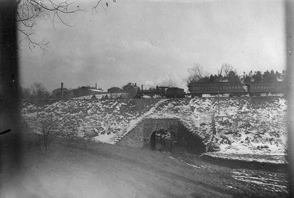3Jan1919/TrainandDeHartHotel.jpg